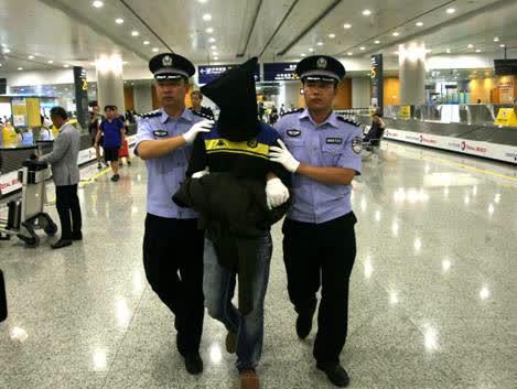 马达加斯加犯罪嫌疑人被民警押解回国