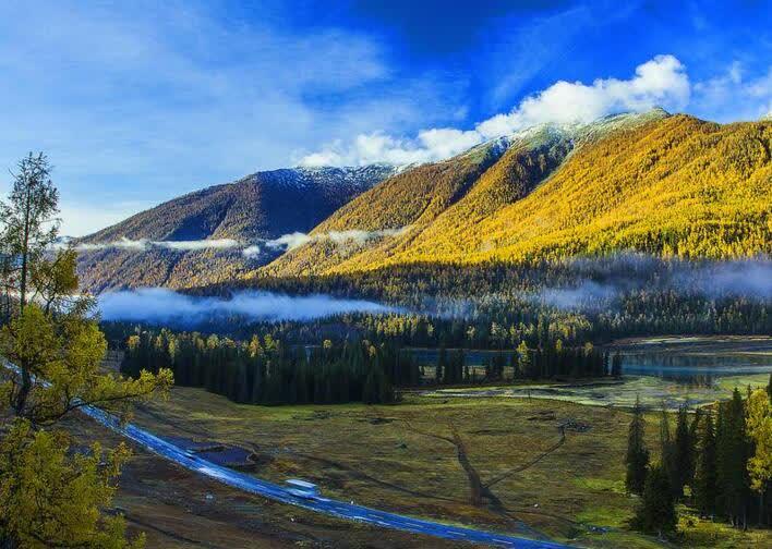 新疆的景色,随便一处都是纯天然的美,拍照自带美颜,自带滤镜功能。如果说去新疆旅游的话,那么喀纳斯绝对是不容错过的。喀纳斯景区位于新疆阿尔泰山中段,地处中国与哈萨克斯坦、俄罗斯、蒙古国接壤的黄金地带。喀纳斯是蒙古语,意为美丽富饶、神秘莫测,而这里的景色也正如它的名字一般美的让人惊艳。   每年到了秋天,喀纳斯的景色就变成了画一般的样子,在蓝天白云的映衬下,湖水碧波荡漾,清澈见底。这所有的美景,像是上帝打翻的颜料盒,湖畔的白桦、红松、冷杉等树木呈现出金黄、橙红、黛绿等颜色,映衬着山顶白茫茫的雪色,