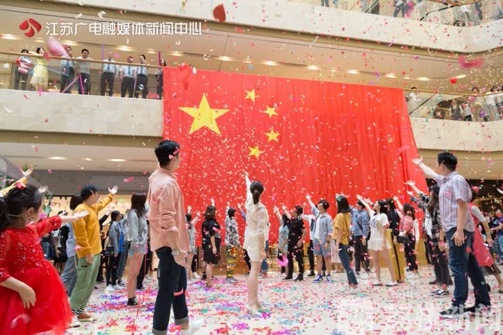 """""""我爱你中国,亲爱的母亲,我为你流泪,也为你自豪……""""在南京德基广"""