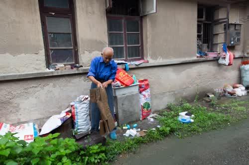 八旬退休老教师每天凌晨4点出门拾荒10公里,资助贫困学生读书