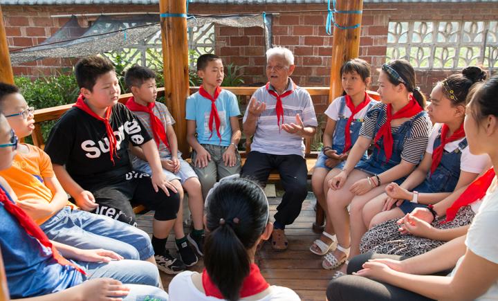 【暖资讯】每天在自家小院升国旗义务为孩子们讲抗战故事十余载八旬退休军人用自己的方式传承爱国情怀!
