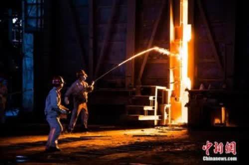 ↑资料图:钢铁炼制工人正在工作。