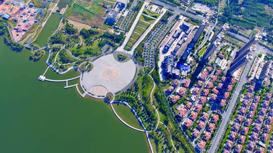如皋高新区龙游湖商务风景区(高春建摄) 十年,在江苏如皋主城区东南部77平方公里的热土上,软件信息产业、服务外包产业、高新技术企业、多家国字号平台登陆。。。。。。江苏如皋高新区,正以创为核,打造创研智造发展高地。