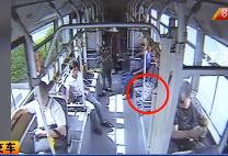 13路公交车:顺走乘客拎包 这个男子太淡定!