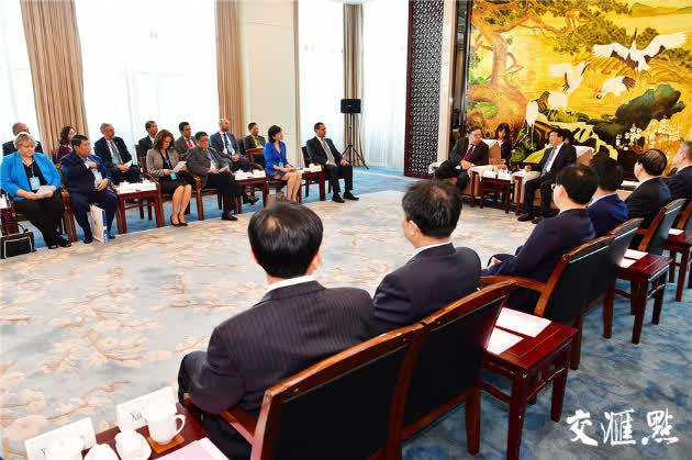 省委书记娄勤俭会见参加此次论坛的外方嘉宾。交汇点记者  余萍 张筠 摄