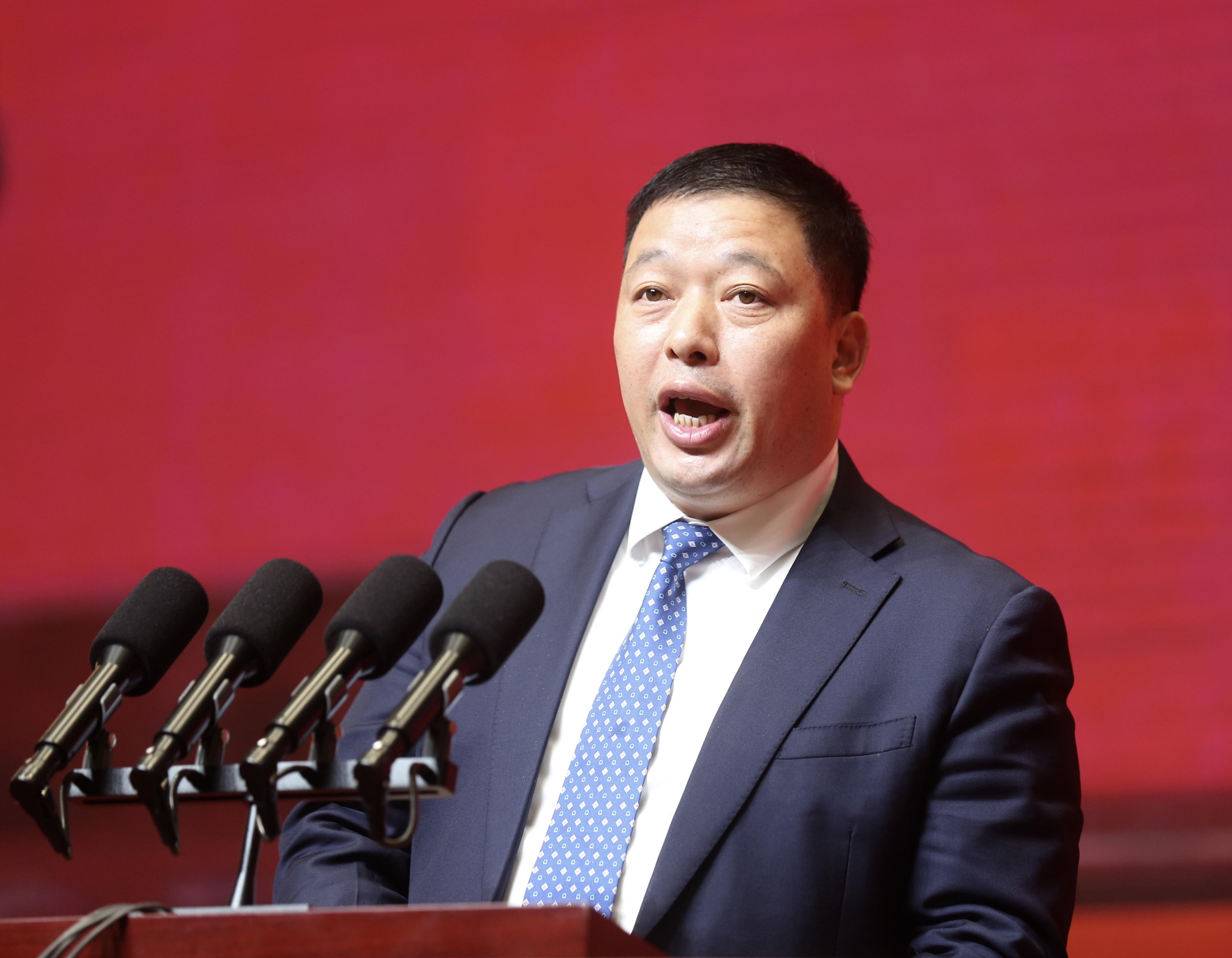 企业家代表恒力集团有限公司董事长、总裁陈建华发言