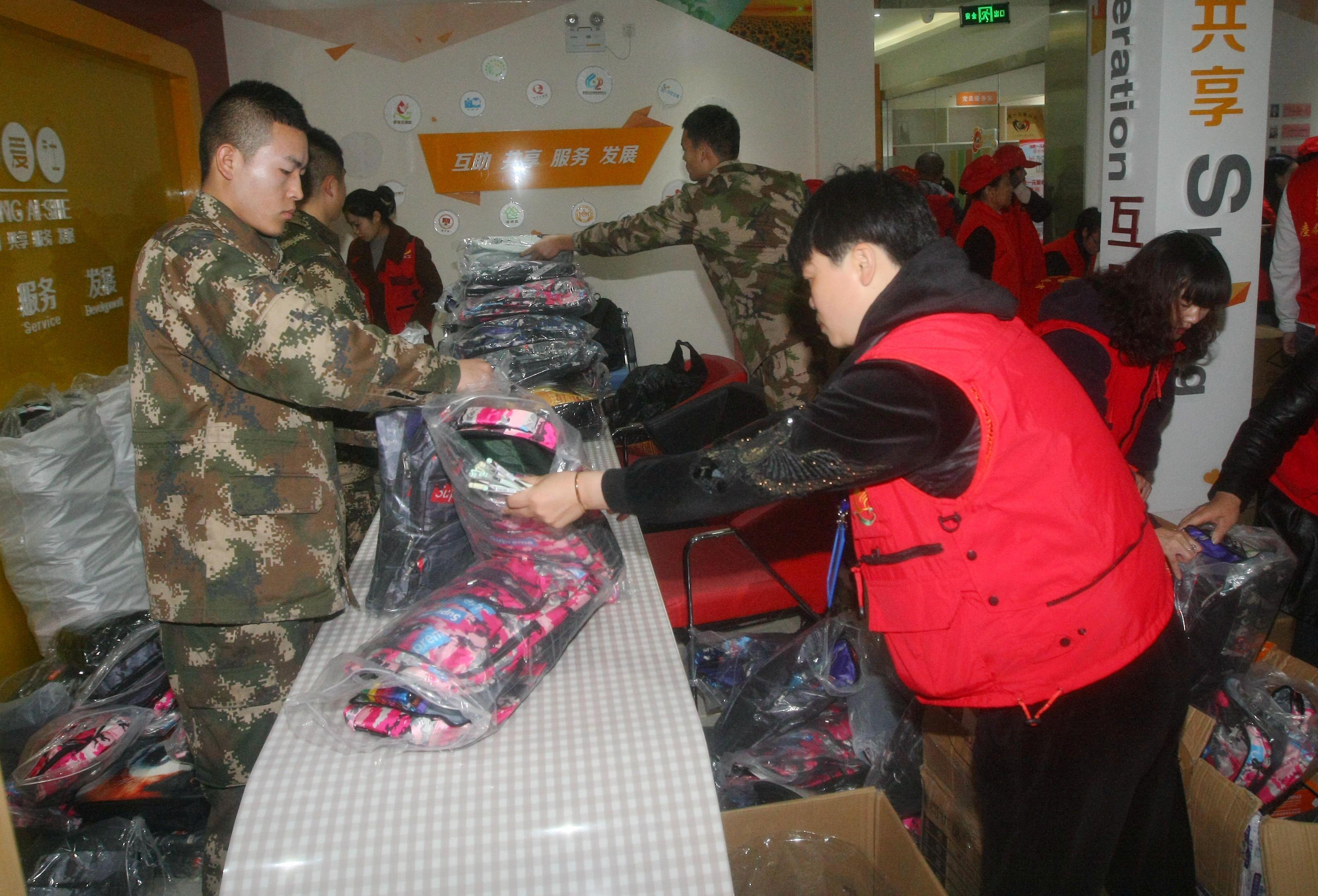 每年的12月5日为世界志愿者日。昨天,来自南通彩虹之心义工社、无偿献血志愿者服务队、睦邻拾年等多个志愿队伍的志愿者们齐聚港闸区弘爱志愿服务社,把募集善款所购买的文具进行整理分类,发往新疆喀什库尔勒地区的学校,帮助当地的孩子完成学习梦想。据了解,此次共发送486份学习用品,每份包括书包、笔袋、水彩笔等文具。